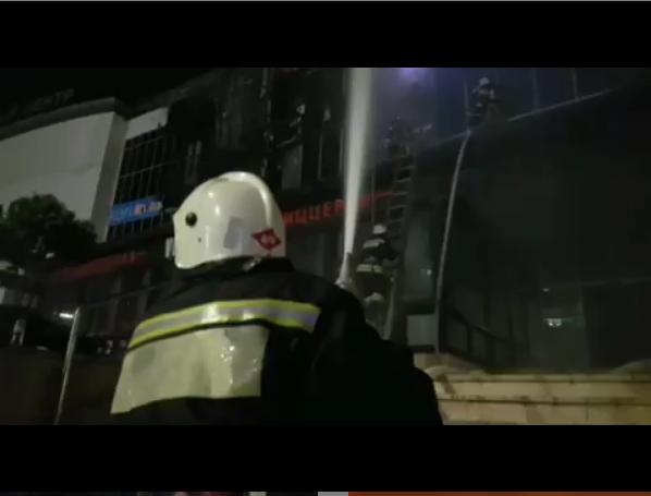 """Пожар в Гранд парк в Грозном. Фото https://www.instagram.com/mchs.95/, """"Metro"""""""