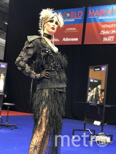Образ модели-королевы дополнили пиджак с коронами и татуировка Queen на плече. Фото Диана Габитова