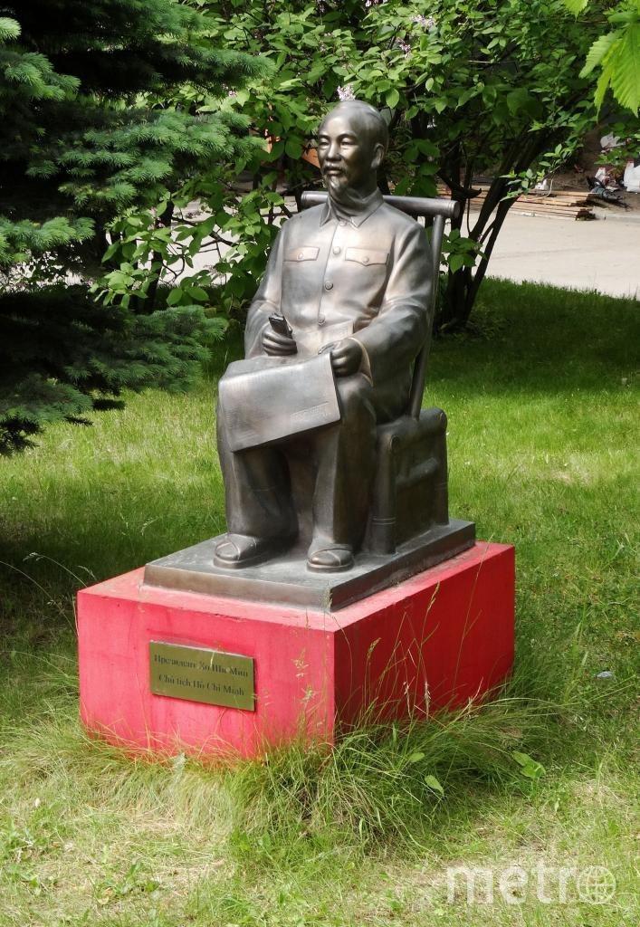 """Эта статуя была открыта еще в мае 2010 года во дворе филфака СПбГУ. Фото """"Metro"""""""