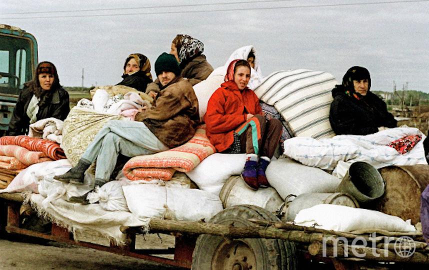 Жители села Знаменское Надтеречного района Чечни, находящегося в зоне боевых действий, покидают свои дома в октябре 1999 года. Фото РИА Новости