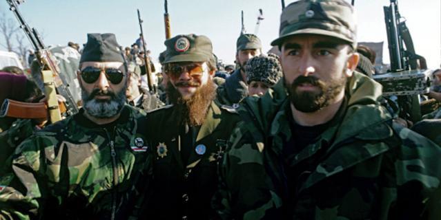 Один из руководителей чеченских бандформирований, террорист Салман Радуев (в центре), 1997 год.