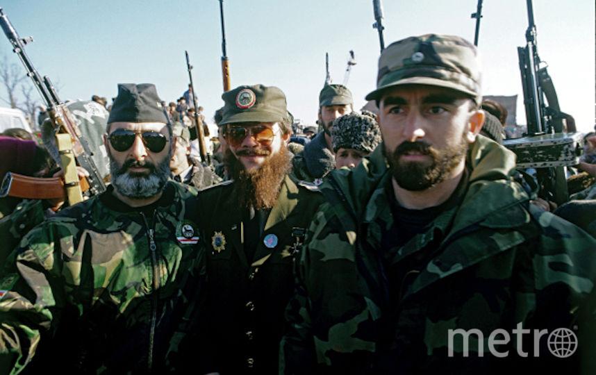 Один из руководителей чеченских бандформирований, террорист Салман Радуев (в центре), 1997 год. Фото РИА Новости