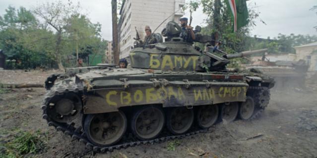 Чеченский конфликт 1994-1996 годов. Представители чеченских вооруженных формирований на танке в разрушенном Грозном. 1996 год.