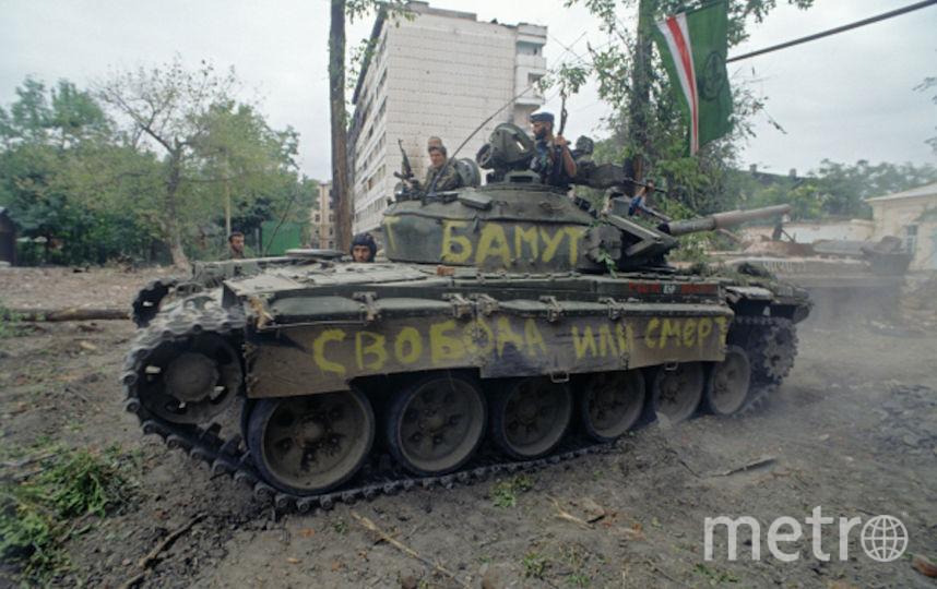 Чеченский конфликт 1994-1996 годов. Представители чеченских вооруженных формирований на танке в разрушенном Грозном. 1996 год. Фото РИА Новости