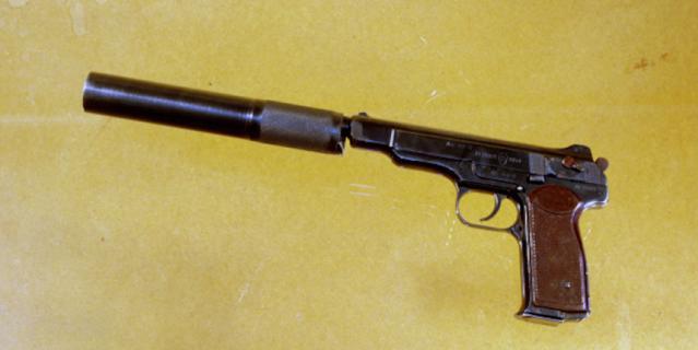 Двадцатизарядный пистолет Стечкина с глушителем. Калибр 9 мм.