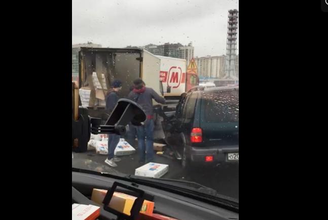 """Серьёзное ДТП практически заблокировало проезд по внутреннему кольцу КАД в районе Мурино. Фото скриншот видео https://vk.com/spb_today, """"Metro"""""""