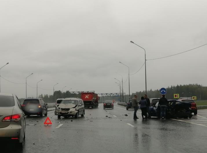 """Авария на 51км трассы """"Скандинавия"""". Фото https://vk.com/spb_today, """"Metro"""""""