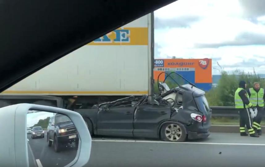 """В Ленобласти легковой автомобиль врезался в фуру. Фото https://vk.com/spb_today, """"Metro"""""""