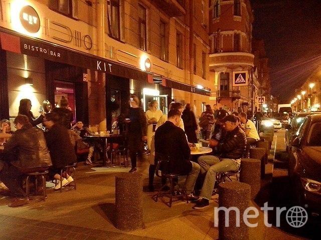 Жители улицы Рубинштейна уже не первый год борются с рестораторами, которые мешают им жить. Фото vk.com/mytndvor