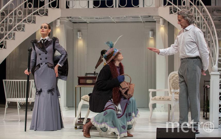 Яна Сексте (миссис Пирс), Дарья Антонюк (Элиза Дулиттл) и Виталий Егоров (полковник Пикеринг. Фото Ксения Бубенец