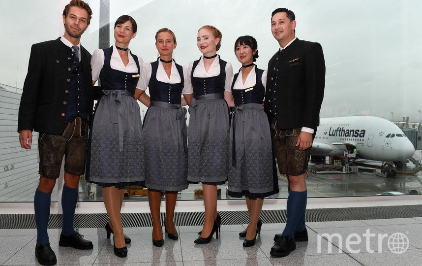 """Не остались в стороне от происходящего в Мюнхене и во флагманском авиаперевозчик Германии """"Lufthansa"""". Стюардессы компании переоделись в баварскую одежду и в ней будут обслуживать пассажиров. Фото AFP"""