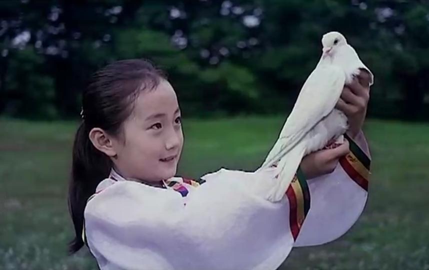 """Кадры из фильма """"Товарищ Ким летает""""."""