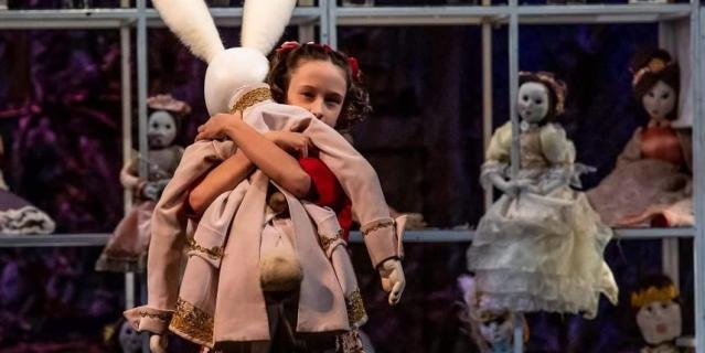 """Мариника в спектакле """"Кролик Эдвард"""" на сцене Российского академического молодёжного театра."""