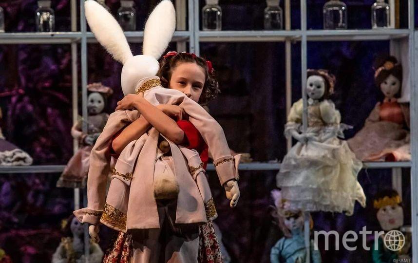 """Мариника в спектакле """"Кролик Эдвард"""" на сцене Российского академического молодёжного театра. Фото """"Metro"""""""