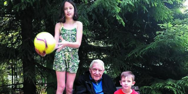 Олег Басилашвили с внуками Мариникой (10 лет) и Тимофеем (6 лет).