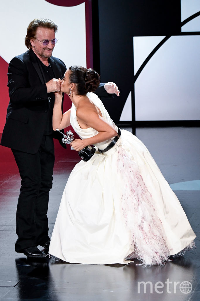 Боно и Пенелопа Крус вели себя очень эмоционально на сцене. Фото Getty