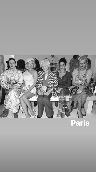 """Памела Андерсон появилась на показе Вивьен Вествуд, который прошел в Париже в рамках Недели моды. Фото скриншот https://www.instagram.com/pamelaanderson/, """"Metro"""""""