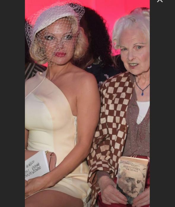Памела Андерсон появилась на показе Вивьен Вествуд, который прошел в Париже в рамках Недели моды. Фото скриншот https://www.instagram.com/pamelaandersonfan/