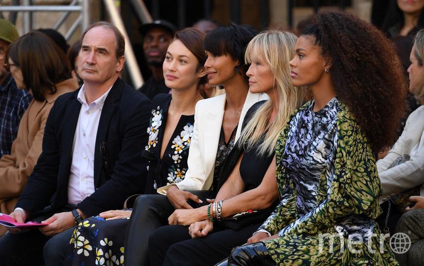 Ольга Куриленко, Тина Кунаки наблюдают за показом L'Oreal в Париже. Фото Getty
