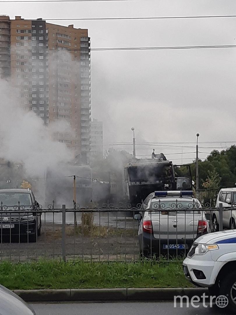 """Горели 2 грузовых авто. Фото https://vk.com/spb_today, """"Metro"""""""