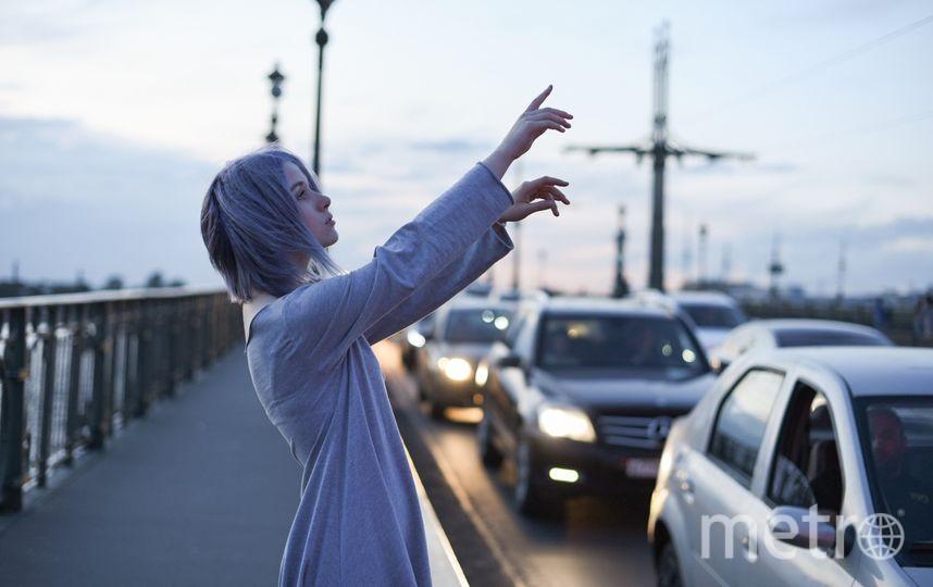 """Когда Кристина идёт по улице, она видит цвет шума от проезжающих автомобилей. Для неё он превращается в своеобразные цветные линии, которые иногда даже имеют свой запах и тактильную структуру. Фото Mary Em, """"Metro"""""""