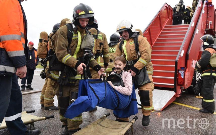 """Всего в учениях принимают участие 70 сотрудников аварийно-спасательной команды: 16 человек штатной пожарно-спасательной команды на 4 аэродромных пожарных автомобилях и 54 человека из внештатных формирований аварийно-спасательной команды. Фото предоставлено ООО «Воздушные Ворота Северной Столицы», """"Metro"""""""
