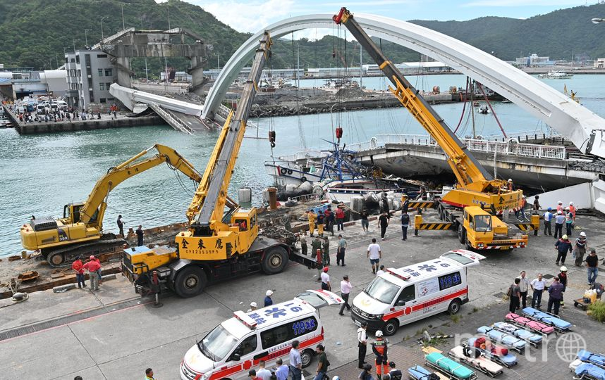 На северо-востоке Тайваня обрушился мост. Фото AFP