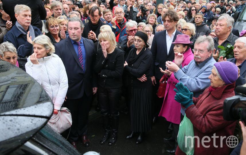 Дочка Захарова Александра (на фото – в центре) всю церемонию горько плакала. Фото Василий Кузьмичёнок