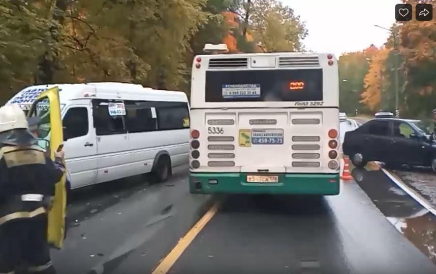 "ДТП произошло на Ораниенбаумском шоссе у дома №2. Фото ДТП/ЧП, ""Metro"""