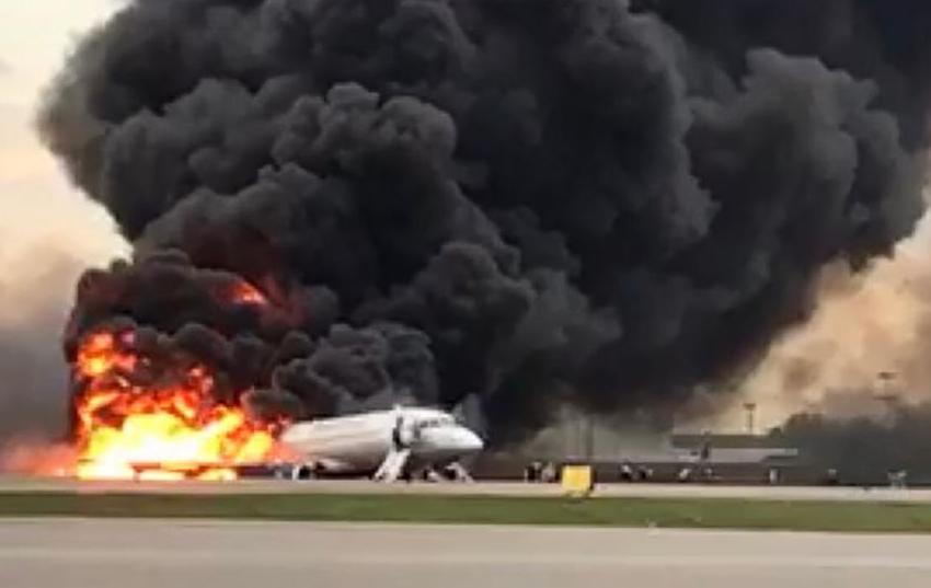 """5 мая в столичном аэропорту """"Шереметьево"""" при аварийной посадке загорелся самолёт. Фото AFP"""