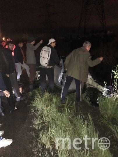 """Люди сразу бросились на помощь водителю и его пассажиру. Фото ДТП/ЧП, """"Metro"""""""