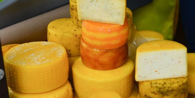 """120 видов сыров и """"молочки""""."""