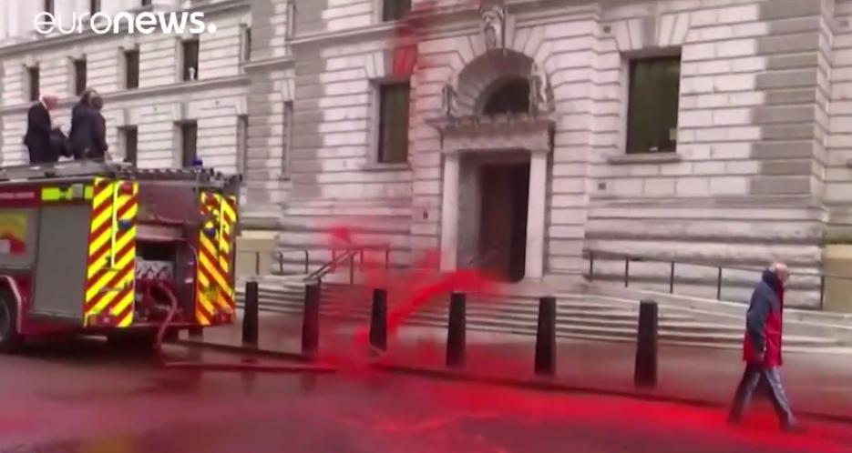 В результате инцидента около 1800 литров красной пищевой краски было вылито у главного входа в здание. Фото скриншот https://www.youtube.com/watch?v=_jaksJ9RRU8, Скриншот Youtube