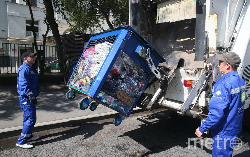 С января 2020 года в каждом дворе появятся синие баки (как на фото) для вторсырья и серые – для смешанных отходов. Фото Василий Кузьмичёнок