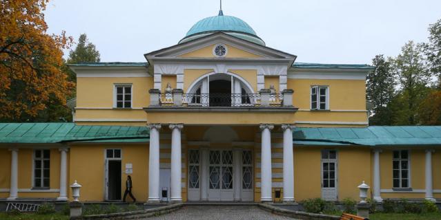 """В здании усадьбы """"Братцево"""" до сих пор работает столовая, в которую в студенческие времена Дмитрий приглашал на свидания девушек."""