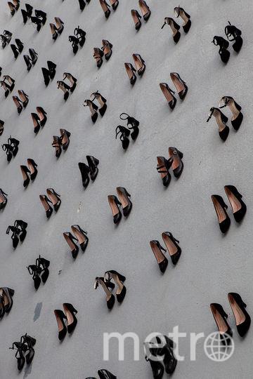 440 пар туфель прикреплено к двум стенам. Фото  FluFoto