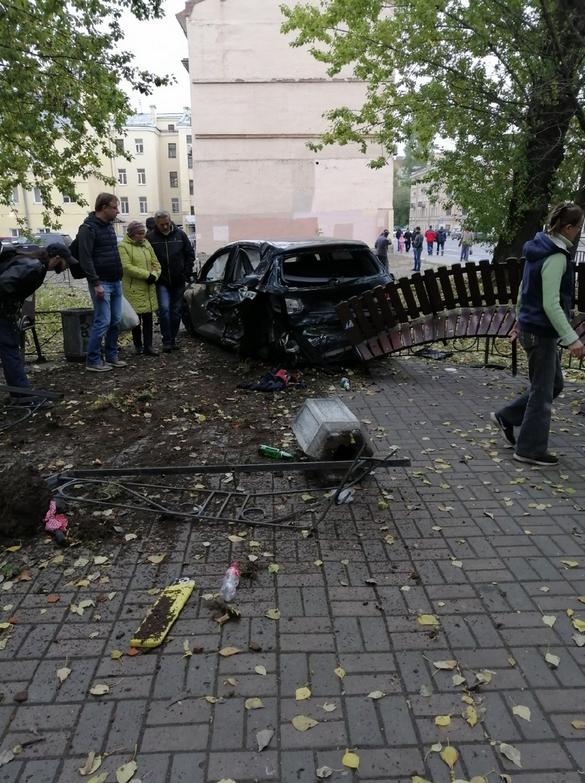 Volkswagen занесло в сквер на Васильевском острове. Фото https://vk.com/spb_today