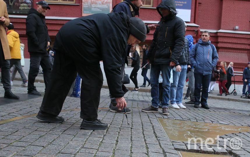 Пользователи Сети заметили, что у собирателей мелочи на нулевом километре обновился инструментарий. Фото Василий Кузьмичёнок