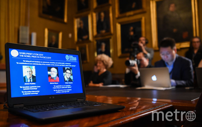 """Нобелевскую премию по физике 2019 года вручили Джеймсу Пиблзу """"за теоретические открытия в физической космологии"""", Мишелю Майору и Дидье Кело - """"за открытия экзопланеты на орбите солнцеподобной звезды. Фото AFP"""