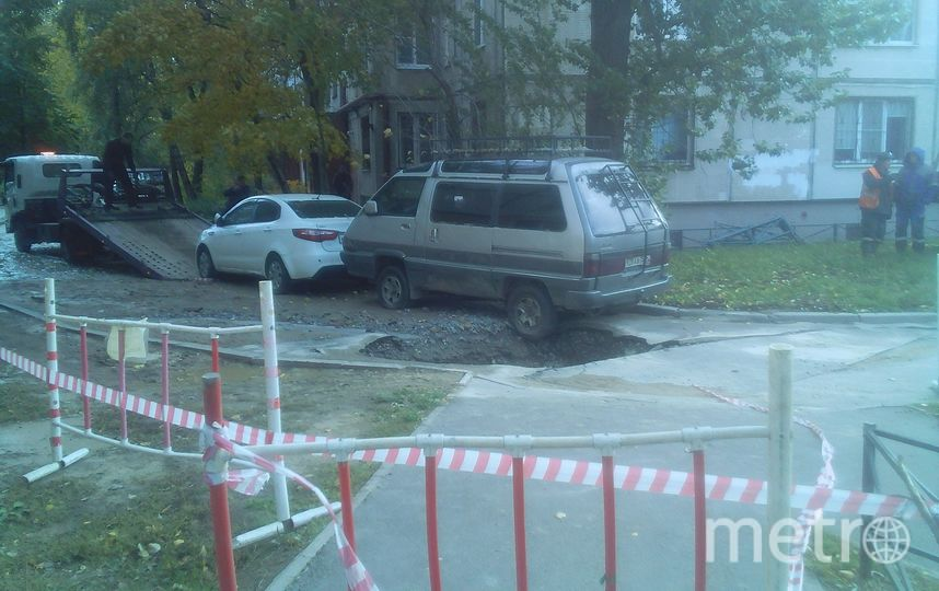 В Петербургском дворе провалился асфальт. Фото spb_today, vk.com