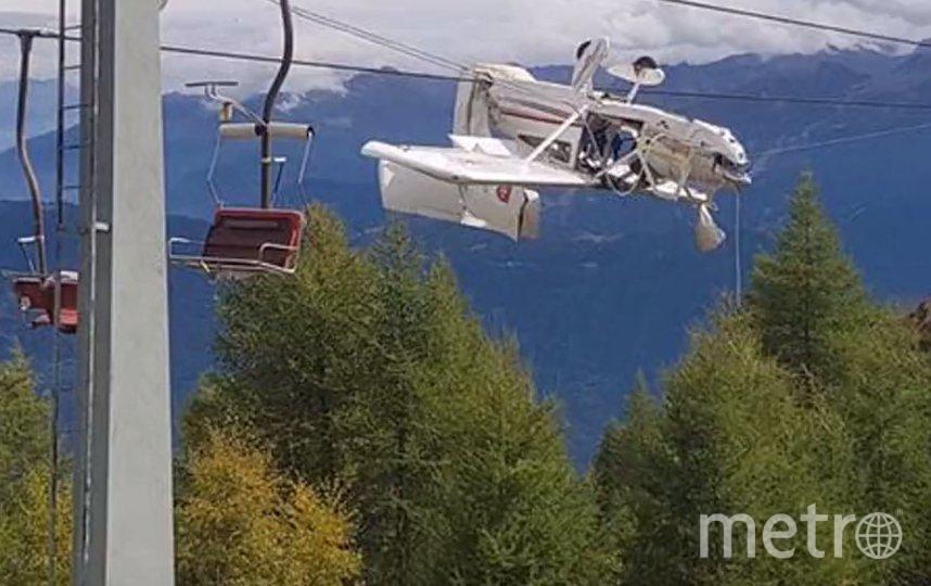 В итальянских Альпах легкомоторный самолёт запутался в проводах горнолыжного подъемника. Фото скриншот https://www.youtube.com/watch?v=mLi5bsXrPxE, Скриншот Youtube