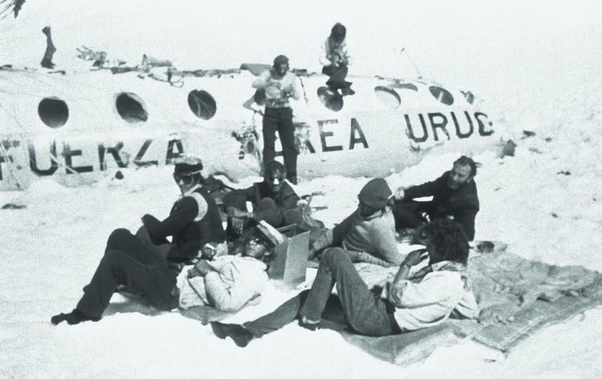 """Выжившие часто фотографировались возле разбившегося самолёта. Фото предоставил Карлос Паэс, """"Metro"""""""