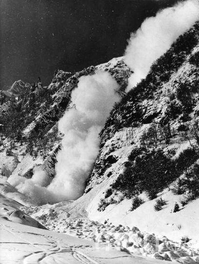 Сход небольшой лавины в Швейцарии, 50-е. Фото Getty
