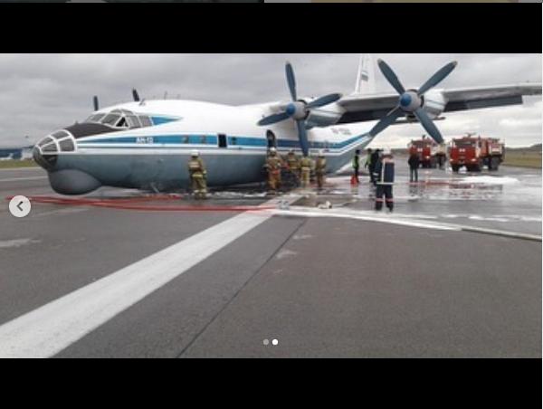 Ан-12 совершил аварийную посадку в аэропорту Кольцово. Фото https://www.instagram.com/e1.news/?hl=ru