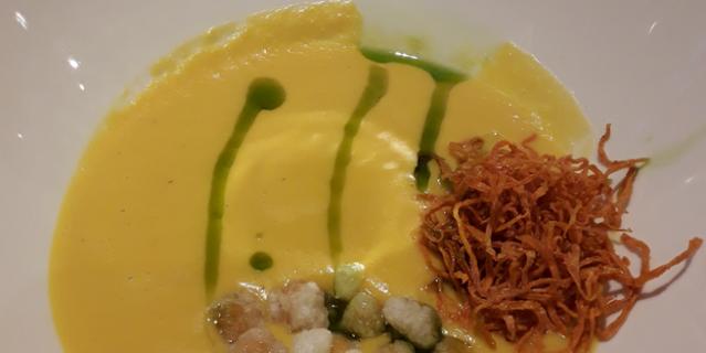 Тыквенный суп на кокосовом молоке с попкорном из нута в Plov project.