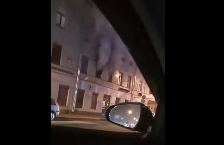 """Огонь вспыхнул в трехэтажном жилом доме на втором этаже. Фото https://vk.com/spb_today, """"Metro"""""""