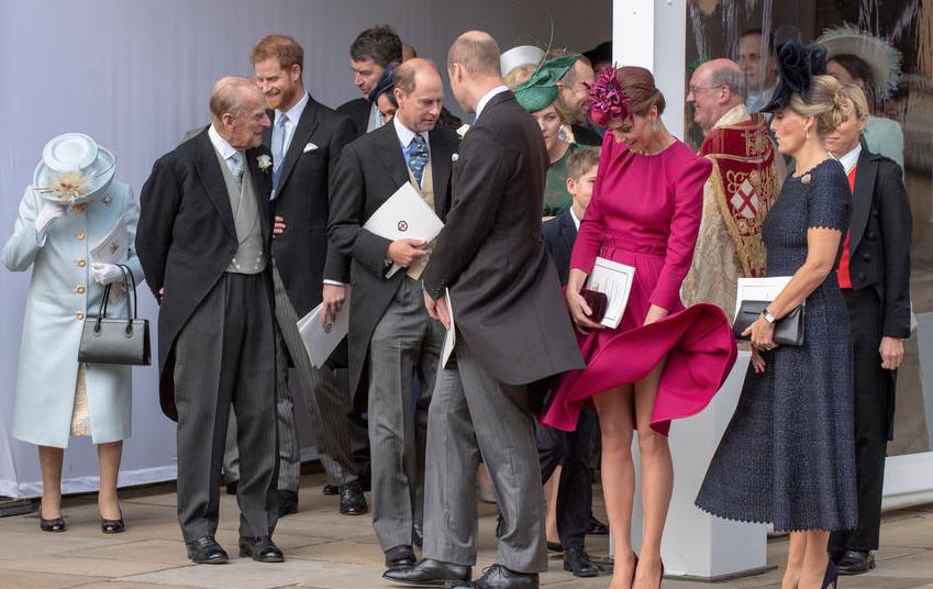 Ветер оголил ноги Кейт Миддлтон на свадьбе принцессы Евгении, 2018-й год. Фото Getty