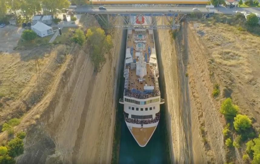 Круизный лайнер Braemar стал самым большим судном, прошедшим через Коринфский канал в Греции. Фото скриншот https://www.youtube.com/watch?v=oPkrmTELao8, Скриншот Youtube