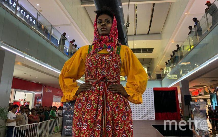 """Модель из Папуа – Новой Гвинеи решила повязать платок на свой манер. Фото Все фото предоставлены Фондом им. Миклухо-Маклая, """"Metro"""""""