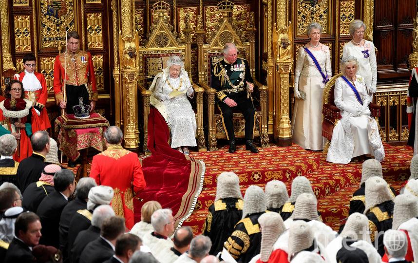 Во время церемонии корона лежала рядом на подушечке. Фото AFP